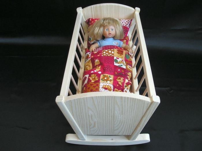 Puppe_in_Wiege_Spielzeuge_für_Mädchen