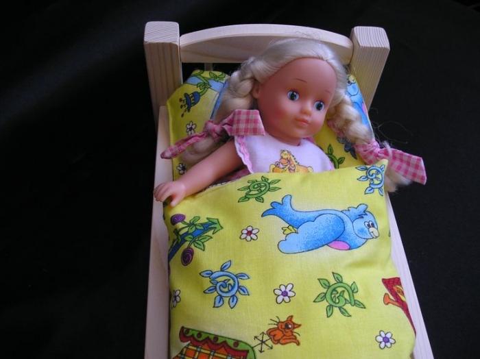 puppenbett-schlaft-im-bettchen-mit-bett-wasche
