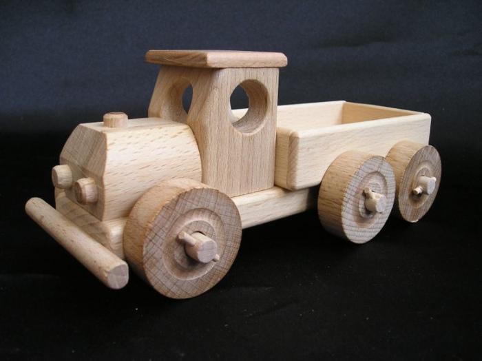 Malé nákladní autíčko s korbou.