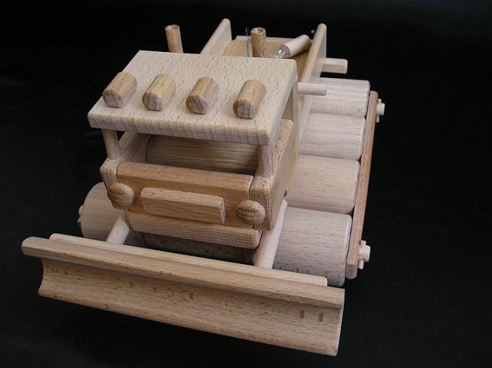 hracka-na-upravu-snehu-rolbou-ze-dreva