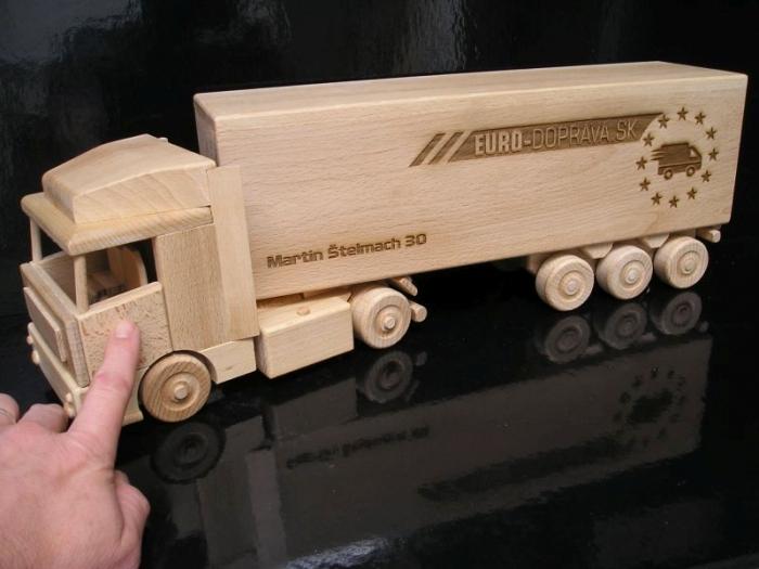 Ajándék teherautó-sofőröknek
