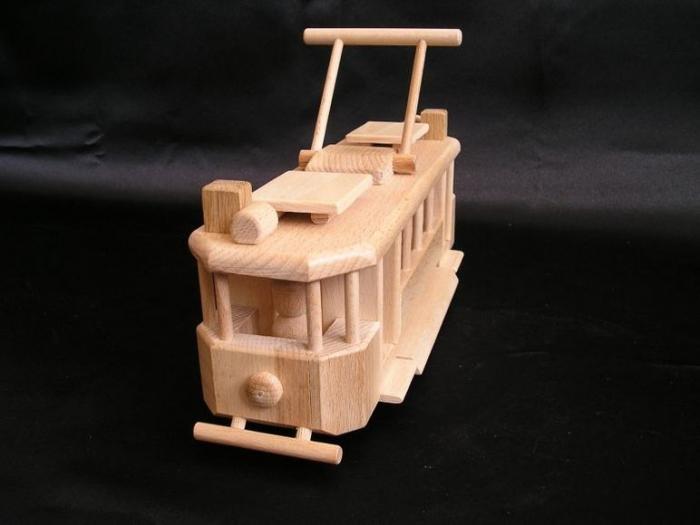 Dřevěná tramvaj. Hračka na hraní pro kluky.