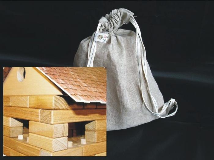 Skládací domeček z dřevěných kostek s baťůžkme navíc.