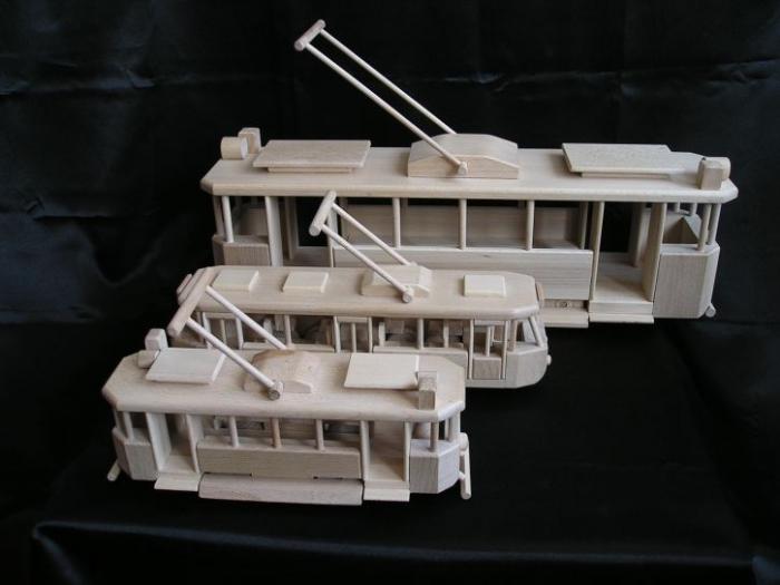 Holzspielzeug-Straßenbahnen
